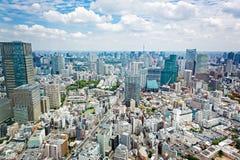 看法从上面在与地平线的东京铁塔在日本 库存图片