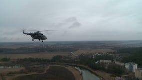 看法从上面在飞行军用直升机 股票录像