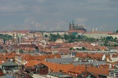看法从上面对老镇,布拉格全景铺磁砖的屋顶, 免版税库存照片