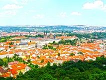 看法从上面对老镇,布拉格,捷克共和国铺磁砖的屋顶  免版税库存图片