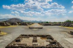 看法从上面月亮和死的大道的广场与太阳金字塔在背景在特奥蒂瓦坎废墟-墨西哥城,墨西哥 免版税库存照片