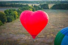看法从上面- landsacape 一点镇和horisont 气球飞行 篮子1000米 获得乐趣,浪漫飞行 免版税库存图片