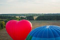 看法从上面- landsacape 一点镇和horisont 气球飞行 篮子1000米 获得乐趣,浪漫飞行 库存图片