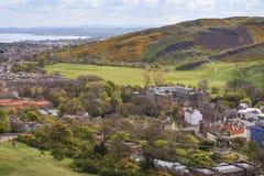 看法从卡尔顿小山到爱丁堡的郊外 图库摄影