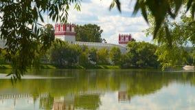 看法从在Novodevichy女修道院的树的后面 影视素材