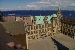 看法从屋顶到新生城堡恶劣环境测井的克伦堡庭院 库存图片