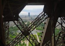 看法巴黎通过艾菲尔铁塔铁栅格  库存照片