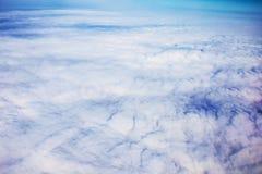 看法从飞机窗口的全景cloudscape 免版税库存图片