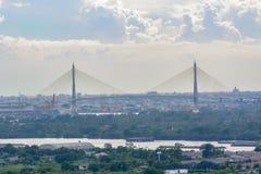 看法Rama IX桥梁和许多大厦 免版税库存图片