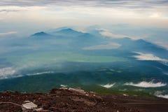 看法Yamanaka湖和Mt 富士上升的足迹 图库摄影