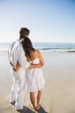 看波浪的美满的夫妇 免版税库存照片