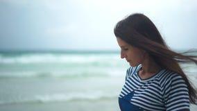 看海洋和考虑生活的沉思妇女在日落 影视素材