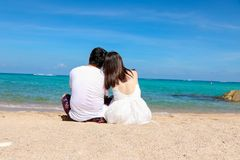 看海甜旅行的夫妇为两 免版税库存照片