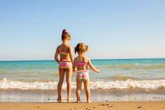 看海的两个孩子 库存图片