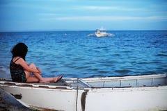 看海的亚裔妇女 库存照片