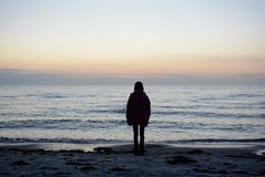 看海的孤独的女孩 免版税库存照片