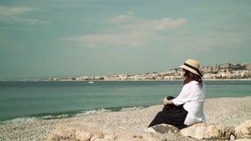 看海的尼斯海滩的妇女 股票视频
