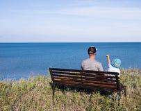 看海的父亲和孩子 免版税图库摄影