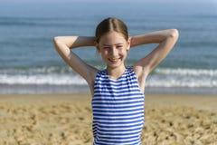 看海的镶边T恤杉的女孩 免版税库存图片