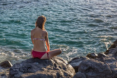 看海洋的妇女 免版税图库摄影