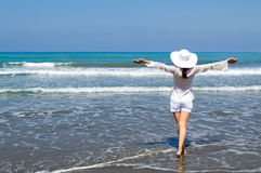 看海滩的海的少妇 免版税图库摄影