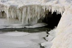 看深入冰洞密执安湖 库存照片