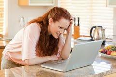 看混淆她的膝上型计算机的妇女 免版税库存照片