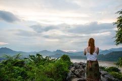 看湄公河的看法的年轻女人 免版税库存照片