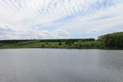 看湖和无缝的云彩 免版税库存图片