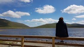看湖的妇女 图库摄影