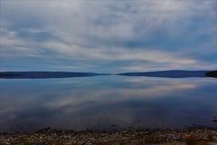 看湖Ainslie相反岸在布雷顿角岛的一镇静秋天天 库存照片