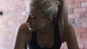 看满身是汗的女运动员  影视素材