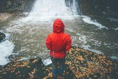 看瀑布旅行生活方式的旅客 免版税库存照片