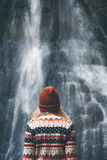 看瀑布的妇女单独旅行 免版税图库摄影