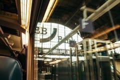 看火车站和银行advertisi的乘客POV 免版税库存照片