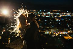 看烟花的美丽的时髦的新婚佳偶夫妇  免版税库存照片