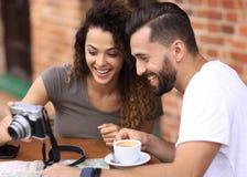 看照片他们自己的年轻夫妇在咖啡馆 库存图片