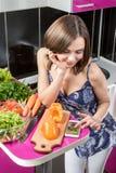 看照片用在智能手机的沙拉的妇女 库存照片