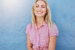 看照相机和微笑的快乐的少妇 免版税库存图片