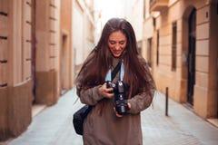 看照相机和微笑的深色的女孩 库存图片