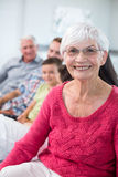 看照相机和微笑的祖母 图库摄影
