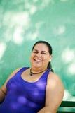 看照相机和微笑的肥胖妇女画象 免版税库存照片