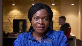 看照相机和愉快地微笑在办公室的成人非裔美国人的女实业家特写镜头射击户内 影视素材