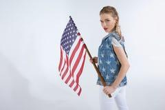 看照相机和挥动美国旗子的年轻白种人女孩 库存照片