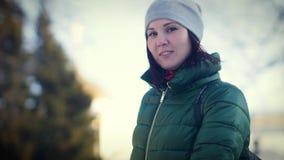 看照相机的一个迷人的少妇的冬天画象 影视素材