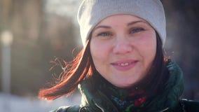看照相机的一个迷人的少妇的冬天画象 股票录像
