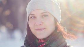 看照相机的一个迷人的少妇的冬天画象 股票视频