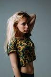 看照相机的一名清醒的白肤金发的妇女 库存照片
