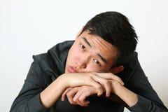 看照相机的体贴的年轻亚裔人 免版税库存照片