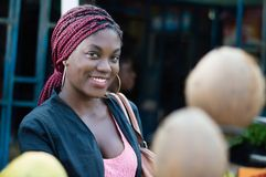 看照相机的俏丽的微笑的妇女 免版税库存图片